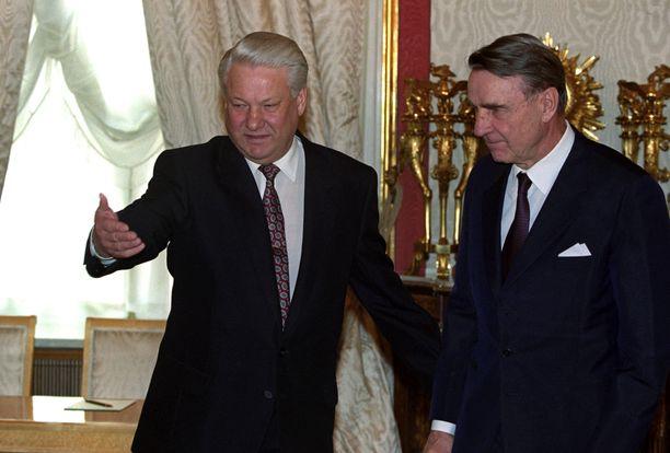Boris Jeltsin toivottaa Mauno Koiviston tervetulleeksi tämän vieraillessa Moskovassa maaliskuussa 1993.