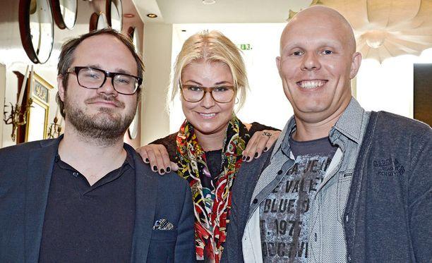 Radio Novan aamun Tuomas Enbuskella, Minna Kuukalla ja Aki Linnanahteella on syytä hymyyn.