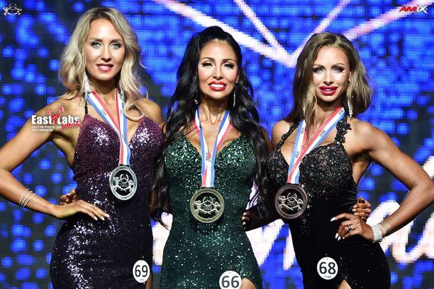 Johanna Nikkanen (keskellä) poseerasi Masters-luokan mitalistien Julia Rumiantsevan (vasemmalla) ja Anna Hanovan kanssa.