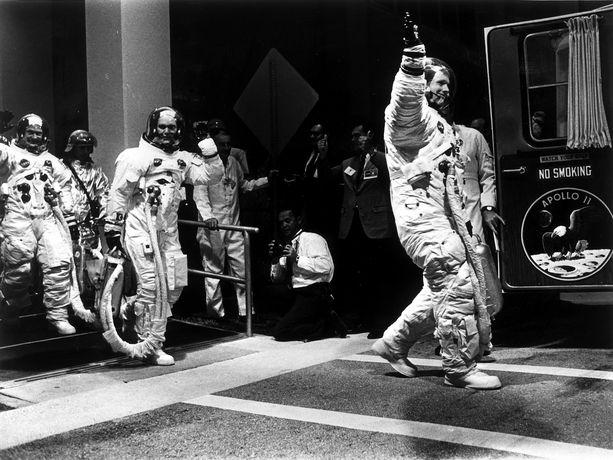 Astronautit heiluttavat matkalla kohti laukaisualustaa.