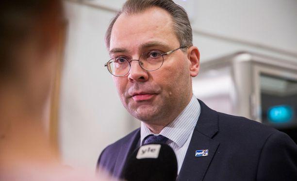 Puolustusministeri Jussi Niinistö (sin) ei pidä todennäköisenä, että tässä tilanteessa siniset ja perussuomalaiset voisivat yhdistyä.
