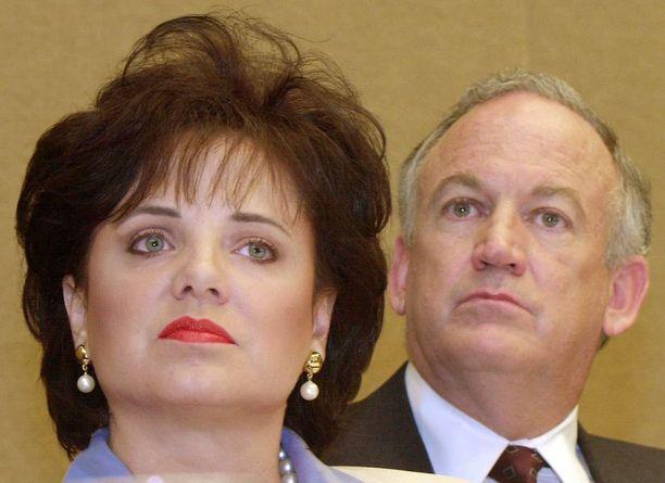 FBI-agentin mielestä vanhempia olisi pitänyt kuulustella heti ja eri paikoissa. Kuvassa Patsy ja John Ramsey vuonna 2000.