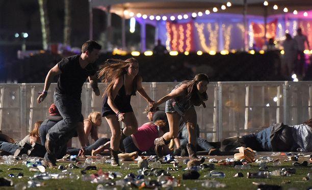 Ihmiset pakenivat paniikissa, kun ammuskelu alkoi.