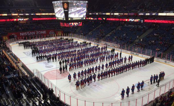 Jokerit luistelutti Lokomotiv-ottelun ensimmäisellä erätauolla kaukaloon 500 junioripelaajaansa.