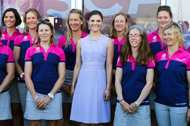 Victoria poseerasi ruotsalaisen naispurjehdusjoukkueen kanssa kesän alkupuolella.