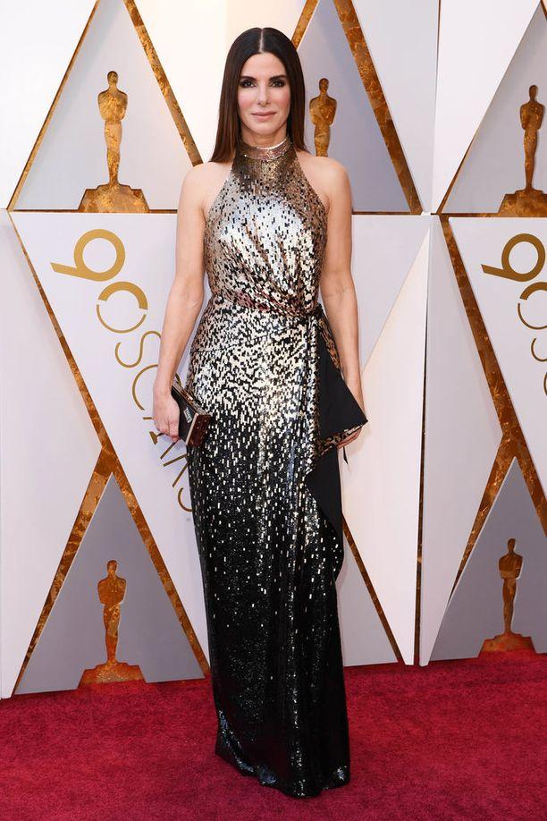 Sandra Bullock nähtiin metallia ja mustaa yhdistävässä iltapuvussa.