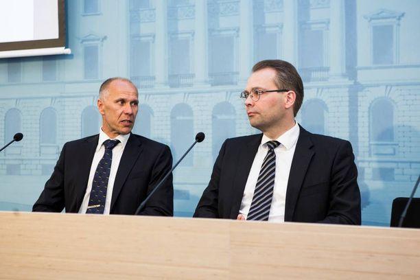 Entinen Ilmavoimien komentaja Lauri Puranen ja puolustusministeri Jussi Niinistö (ps) Hornet-hävittäjien korvaamista käsittelevän esiselvitysraportin julkistustilaisuudessa.