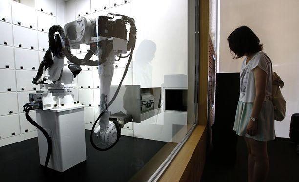 Matkatavarat voi jättää robotin avustuksella säilytykseen.