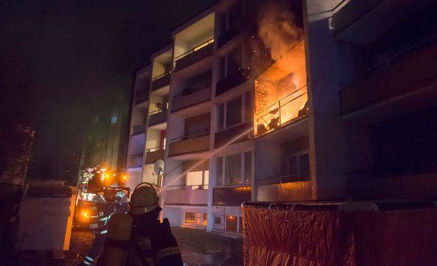 Palomiehet sammuttavat liekkejä pakolaiskeskuksessa Bad Homburgissa helmikuun alussa tapahtuneessa tulipalossa, jossa loukkaantui ainakin neljä pakolaista. Palon syttymissyytä tutkitaan.