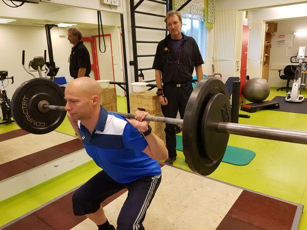 Palomiehen täytyy pystyä tekemään 45 kilon painolla 23 kyykkyä minuutissa.