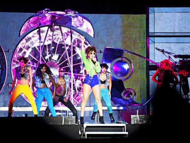 VILLI MENO Supertähti Rihanna pisti pystyyn seksikkään konsertin Helsingin koleasta kesäsäästä huolimatta.