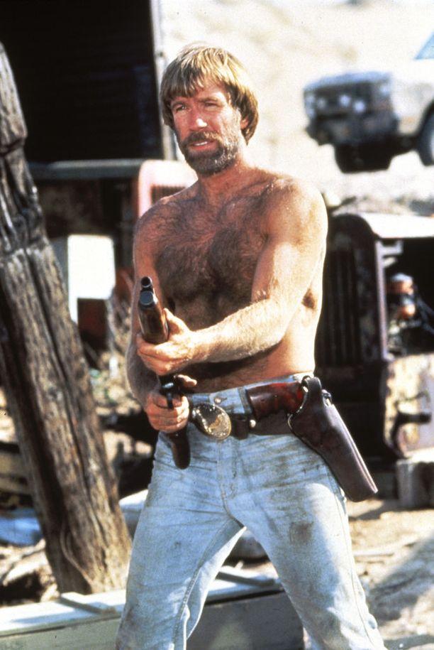Chuck Norris käytti taisteluissa aluksi vain nyrkkejä ja jalkoja, mutta 80-luvulle tultasessa aseet tulivat mukaan.