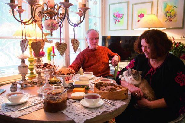 Joulutapahtumassa Olga ja Markku pitävät sekä kahvilaa että sisustuspuotia.