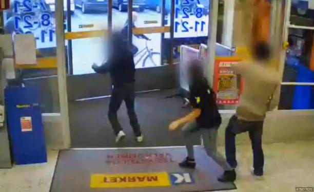 K-kauppias Saku Kytölä julkaisi Facebookissa videon, jossa naismyyjä ottaa kiinni kaksi myymälävarkautta yrittänyttä miestä.