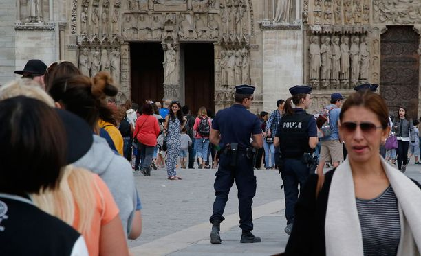 Poliisit partioivat Notre Damen lähistöllä sen jälkeen, kun katedraalin edustalta löydettiin sunnuntain vastaisena yönä henkilöauto, jonka sisällä oli kuusi kaasusäiliötä.