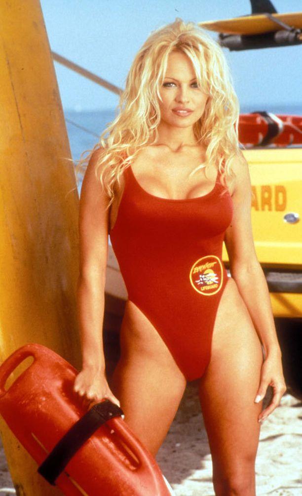 Martinan fanit voivat toivoa, että hän siirtyy uimavalvojan tehtäviin. Näky saattaisi muistuttaa takavuosien Baywatch-sarjasta julkisuuteen ponnahtanutta Pamela Andersonia.