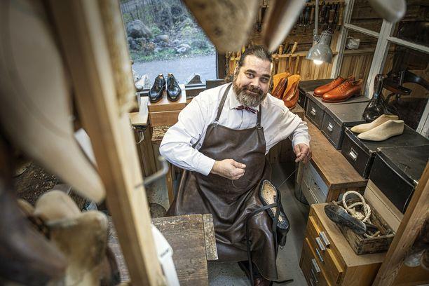 Tässä pajassa Jussi Paljakka tekee asiakkaiden kanssa yhdessä suunnittelemansa kengät.