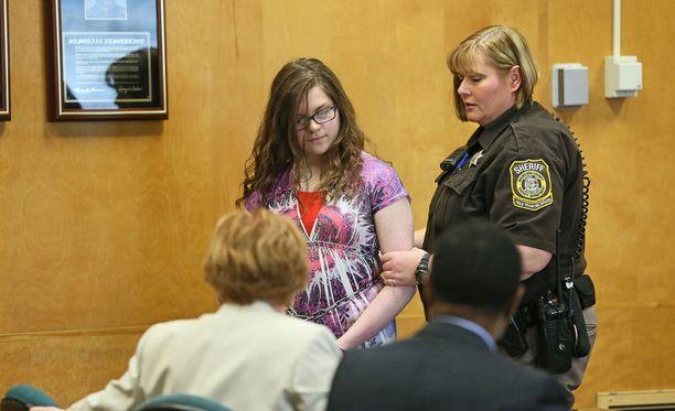Anissa Weier oikeuden edessä helmikuussa, kun hänelle luettiin syytteet murhan yrityksestä.