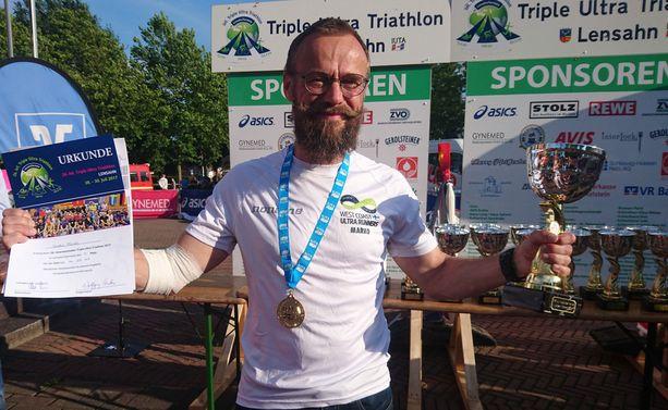 Marko Forsell palkittiin triplatriathlonin jälkeen sunnuntaina.