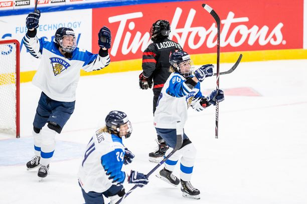 Ronja Savolainen, Suomen isokokoinen luottopakki, ohjasi 1-1-tasoituksen ylivoimalla.