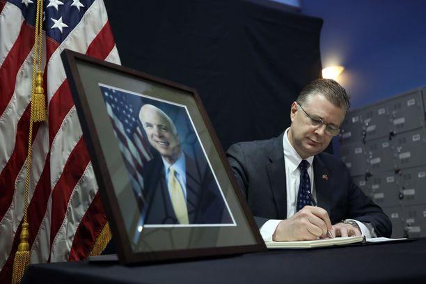 Yhdysvaltojen Vietnamin suurlähettiläs Daniel Kritenbrink kirjoitti viikonloppuna menehtyneen senaattori John McCainin muistokirjaan.