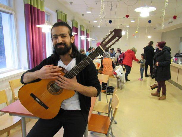 Taitava kitaristi ja puhelinasentajaksi Bagdadissa valmistunut Ahmed voitti Talent Refugee -kisan.