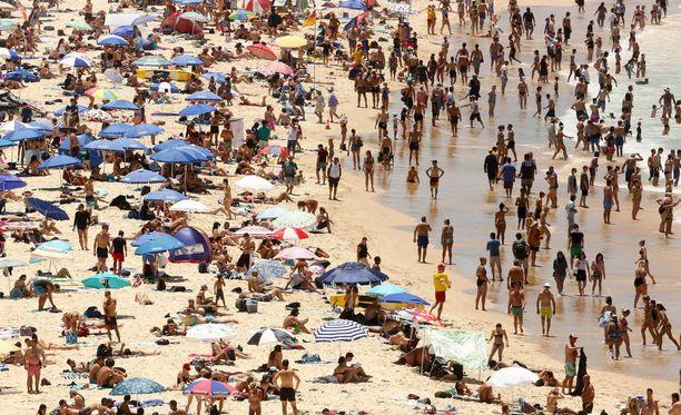 The Sydney Morning Herald uutisoi Sydneyn Penrithin alueen olleen sunnuntaina maailman kuumin paikka. Kuvassa ihmiset yrittävät vilvoitella Sydneyn Bondi Beachilla lauantaina 7. joulukuuta 42 asteen helteessä.