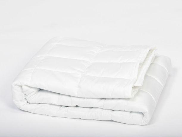 Serina-peitot ovat laatukoodattuja, jolloin niiden alkuperä on selvillä. Peittojen vakiopainot ovat kilon välein: pienin peitto 2-15 kg, keskikokoinen 3-15 kg ja suurin 4-15 kg. Peitto Serina.fi. Hinta 245, – 500, euroa.