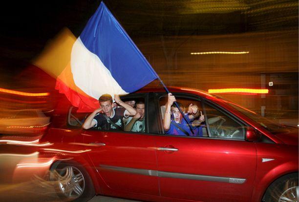 HULINOINTIA Riemulliset voitonjuhlat saivat myöhään yöllä väkivaltaisen sävyn.