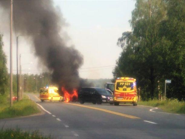 Moottoripyörä syttyi törmäyksessä tuleen.