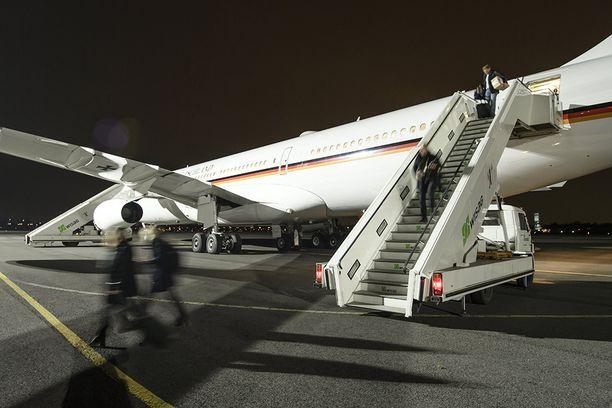 Merkelin matkaseura poistui koneesta Tegelin illassa.