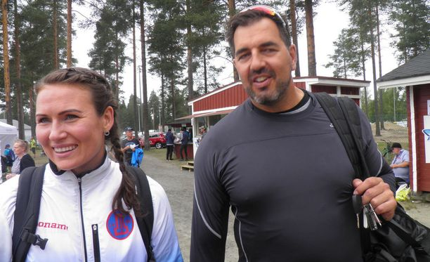 Sanna Kämäräinen kävi leikkimielistä kisaa valmentajansa Frantz Krugerin kanssa.