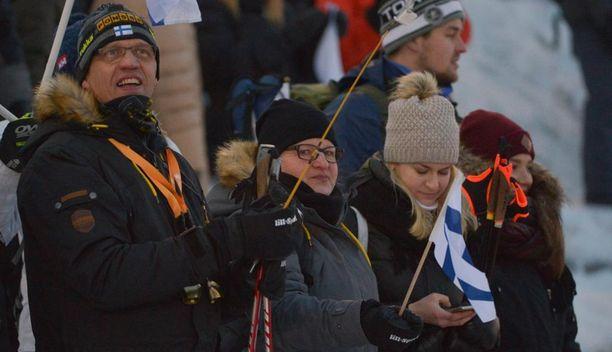 Iivo Niskasen isä Eero (vas.), äiti Tarja ja kihlattu Saana Kemppainen kannustivat Rukalla.