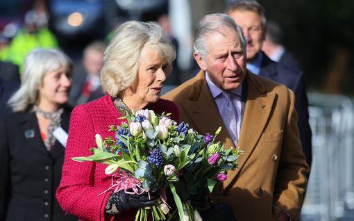 Prinssi Charlesilla ja herttuatar Camillalla 15-vuotishääpäivä – koiratkin pääsivät onnittelukuvaan