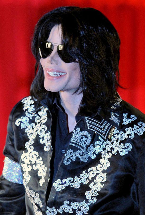 Michael Jackson tekee paluun lavoille uusien tanssiliikkeiden kanssa.
