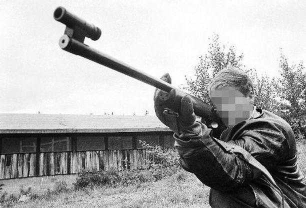 AMPUJA Menestynyt ampumaurheilija poseerasi lehtikuvaajille Meksikon olympialaisten alla syksyllä 1968.