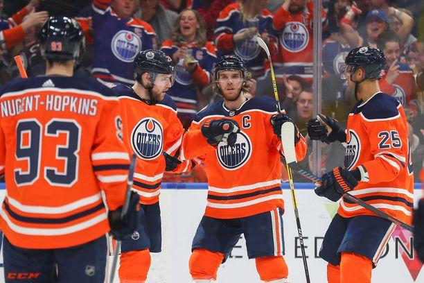 Connor McDavidin johtama Oilersin ykköskenttä pommitti yhteensä peräti 14 tehopistettä (5+9).