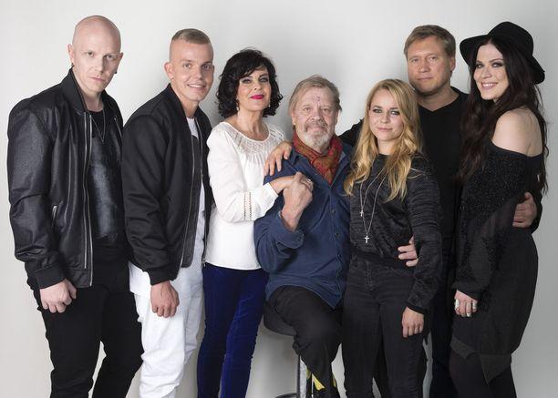 Paula Vesala ja Samuli Edelmann esiintyivät Vain elämää -ohjelmassa yhdessä Toni Wirtasen, Elastisen, Paula Koivuniemen, Vesa-Matti Loirin ja Jenni Vartiaisen kanssa.