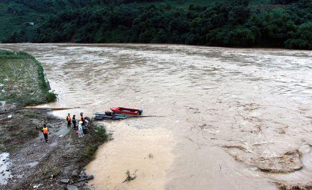 Rankkasateiden aiheuttamat tulvat ovat aiheuttaneet vakavia tuhoja Vietnamissa.