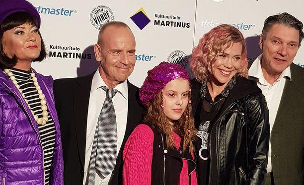 Vasemmalta oikealle, Blondi tuli taloon -näytelmän näyttelijät: Elina Halttunen, Lasse Karkjärvi, Milla Kiviranta, Saara Widbom ja Jorma Hellström.