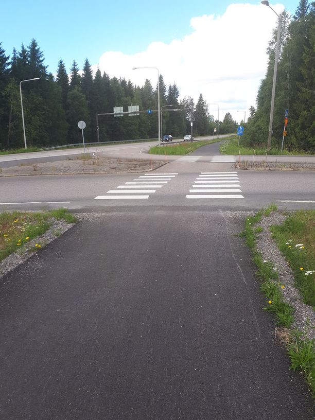 Tielle tultaessa edessä on väistämisvelvollisuutta osoittava kolmio. Merkki sijaitsee kevyenliikenteenväylän edessä ja sen alla on myös varoitus kaksisuuntaisesta pyörätiestä.