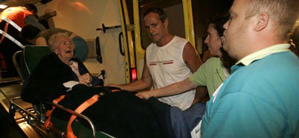 Toipilaskodin asukasta viedään hoitoon Mellessä Belgiassa.