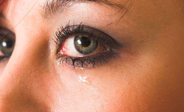 Ripsiväri voi saada silmän vuotamaan.