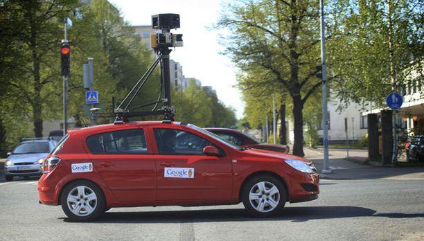 TOLPPA Google-auton kamera näkee paremmin piha-aitojen taakse kuin katu-tasolla kävelevä ihminen.