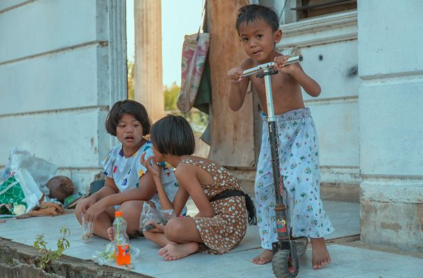 Nämäkin lapset ovat saaneet kodin hylätystä talosta.