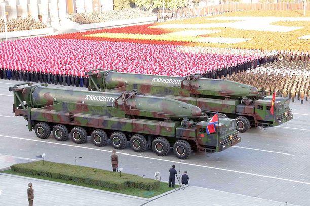Arkistokuvaa Pohjois-Koreassa lokakuussa 2015 järjestetystä sotilasparaatista.