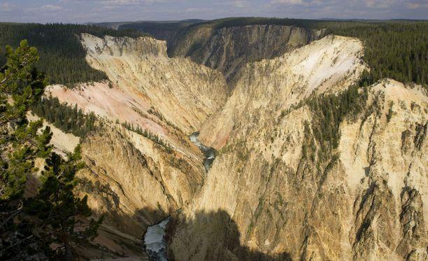 Työntekijä syöksyi kuolemaan Yellowstonen kansallispuiston suurilla kanjoneilla.