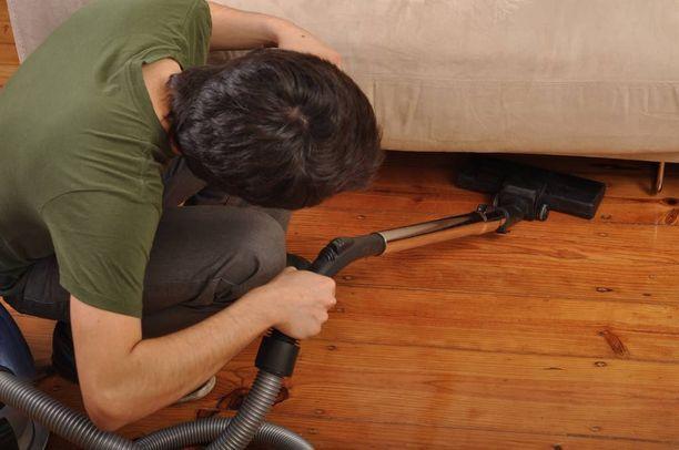Voisiko miehen tapa hoitaa kotityöt sittenkin kelvata, kehottaa asiantuntija pohtimaan.