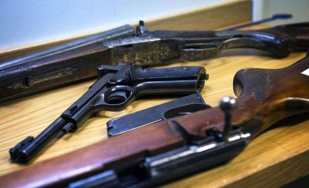 Perättömän ilmoituksen tehnyttä naista epäillään ampuma-aserikoksen lisäksi perättömästä vaarailmoituksesta. Kuvituskuva.