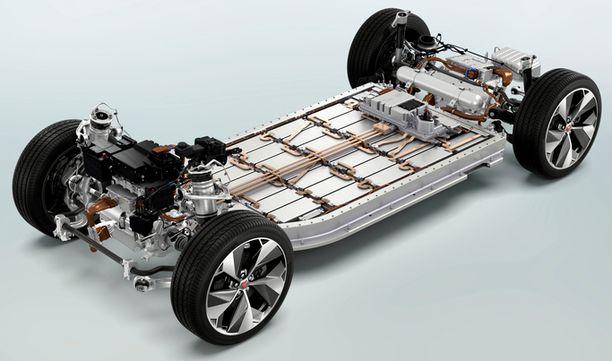 Sähköauton teho ja toimintamatka riippuu akkujen koosta. Jaguarissa on Teslan tapaan lattian alus täynnä akustoa